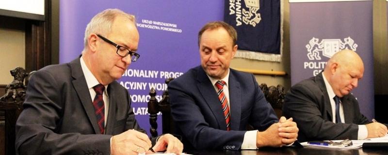 Rektor UG prof. Jerzy Gwizdała, Marszałek Województwa Pomorskiego Mieczysław Struk, Wicemarszałek Wiesław Byczkowski