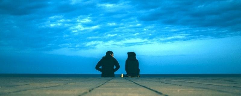 Dwoje ludzi rozmawia na tle nieba Fot. Korney Violin/Unsplash