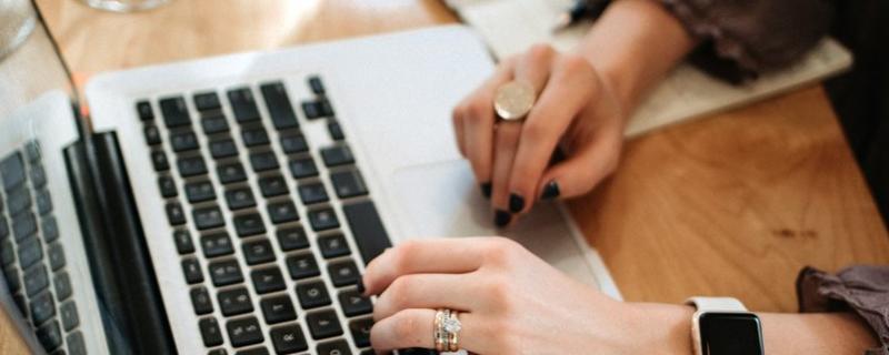 Praca przy laptopie Photo by Christin Hume on Unsplash